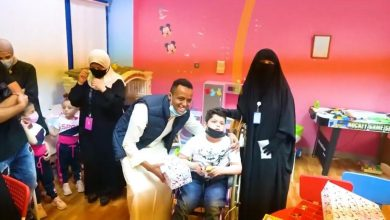 Photo of نسائية إعانة المرضى والتيوبر ابو فلة وزعوا هدايا ومكافآت مالية على الاطفال المرضى
